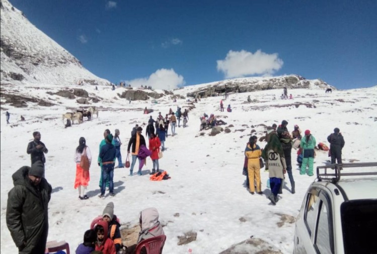 shimla: tourist flux  in rohtang pass of snow seeing