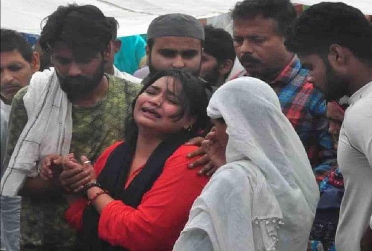 घटना के बाद रोती बिलखती शोएब की बहन निदा (लाल सूट में)