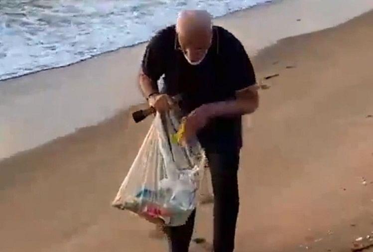 प्रधानमंत्री नरेंद्र मोदी ने समुद्र तट की सफाई की