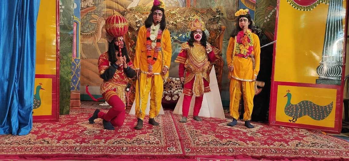 चंपावत के मल्लीहाट रामलीला में घायल अवस्था में पड़े बालि को समझाते प्रभु राम।