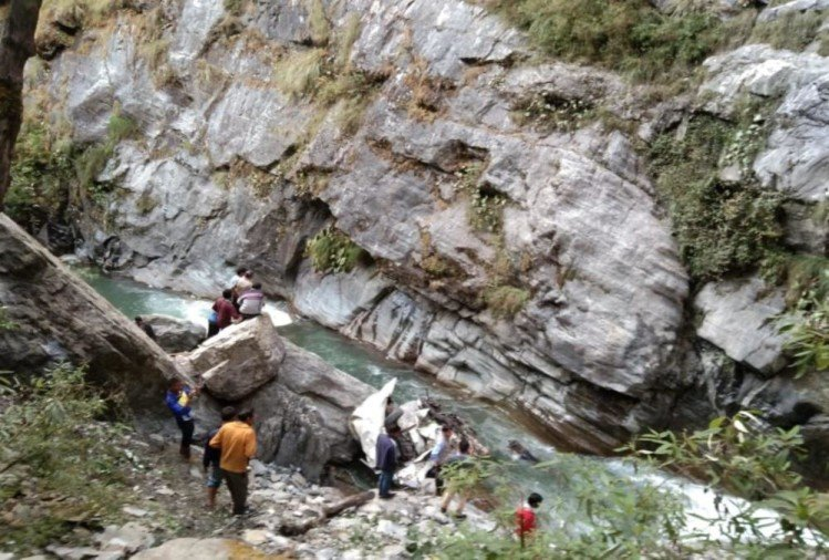 Dead Bodies Rescue Horrible Photos from Max Vehicle Fall into River in chamoli