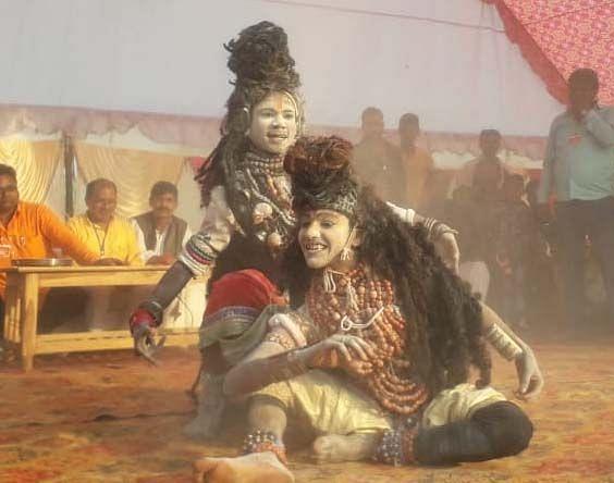 अंतू के भरत मिलाप मेले में निकली झांकी में शिव नृत्य करते कलाकार।
