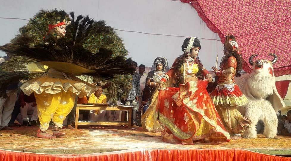 अंतू के भरत मिलाप मेले में मयूर नृत्य करते कलाकार।