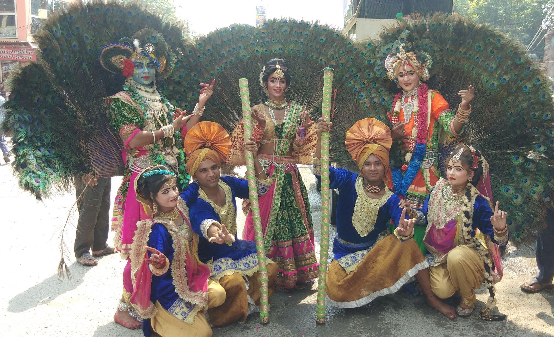 सितारगंज में आयोजित भव्य कलश यात्रा में सजी मोर नृत्य की झांकी।