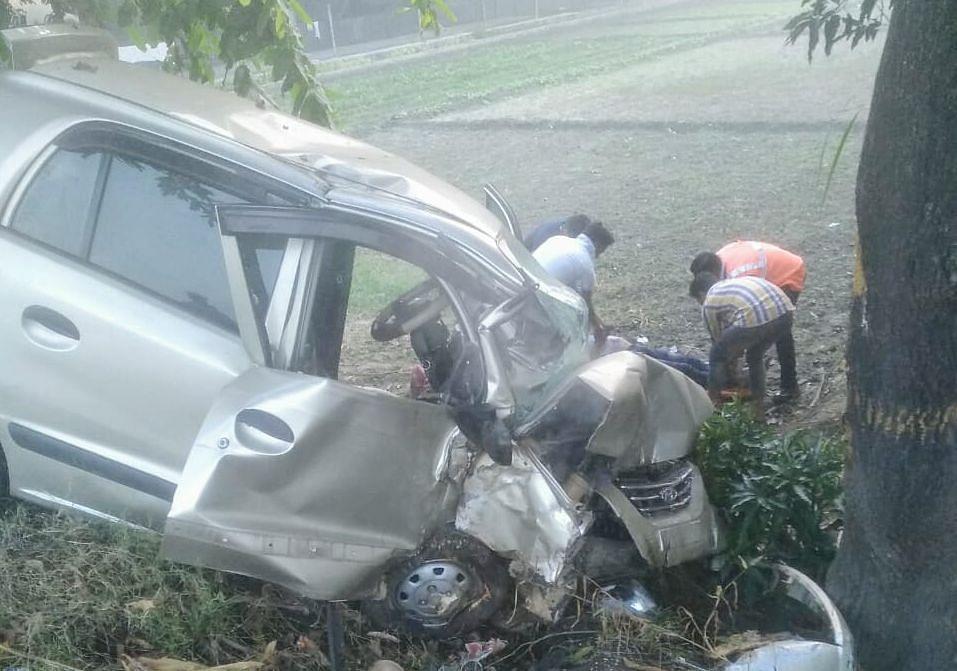 दौराला में दुर्घटना के दौरान क्षतिग्रस्त हुई कार।