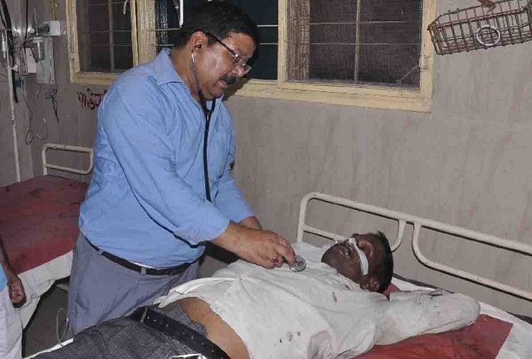 फर्रुखाबाद में यूपी-100 पुलिस में तैनात दीवान ने अवकाश न मिलने से दुखी होकर रविवार शाम जहरीला पदार्थ खा लिया। हालत बिगड़ने पर उसे मकान मालिक ने लोहिया अस्पताल में भर्ती कराया। वहां उसने डाक्टर को बताया कि पत्नी अनीता को कैंसर है।