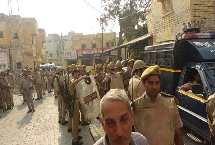 पुलिस कस्टडी में युवक की मौत का आरोप लगने के बाद थाने के बाहर मौजूद भारी पुलिस बल