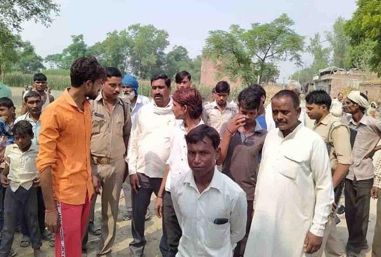 फर्रुखाबाद जिले में मंगलवार को एक पेड़ से युवक का शव लटका देख हड़कंप मच गया। क्षेत्रीय लोगों ने पुलिस को घटना की जानकारी दी। कंपिल थाना क्षेत्र के गांव रौकरी निवासी मुकेश (24) पुत्र सुरेश गुप्ता पुताई का काम करता था।
