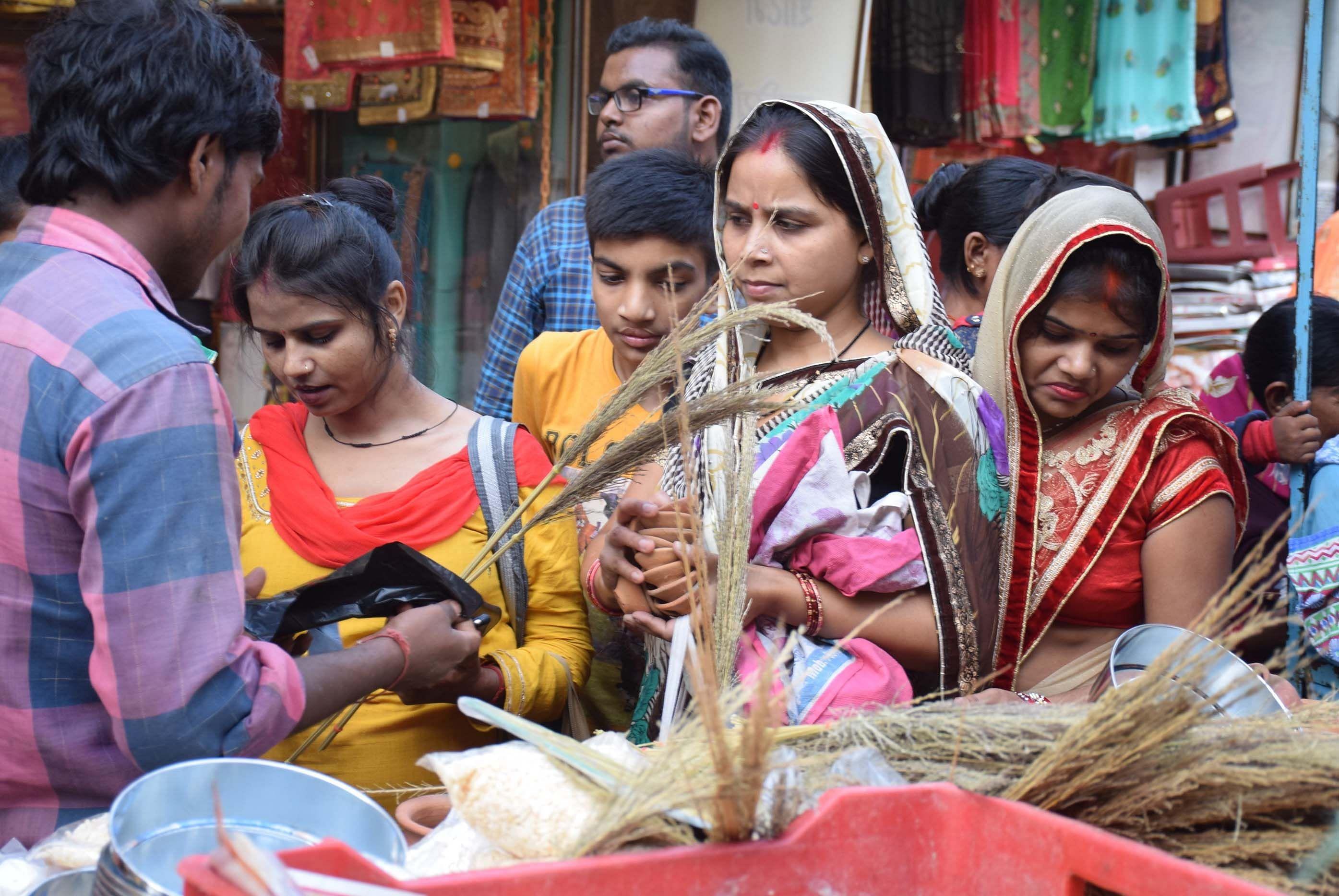 आजाद पार्क के बगल लगी दुकानों पर करवा चौथ की तैयारी को पूजन के सामान खरीदती महिलाएं।