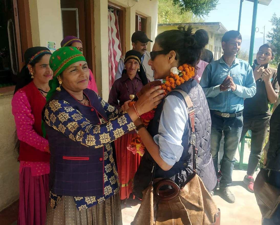 अभिनेत्री हीरा राजगोपाल का स्वागत करतीं क्वांसी गांव की महिलाएं।