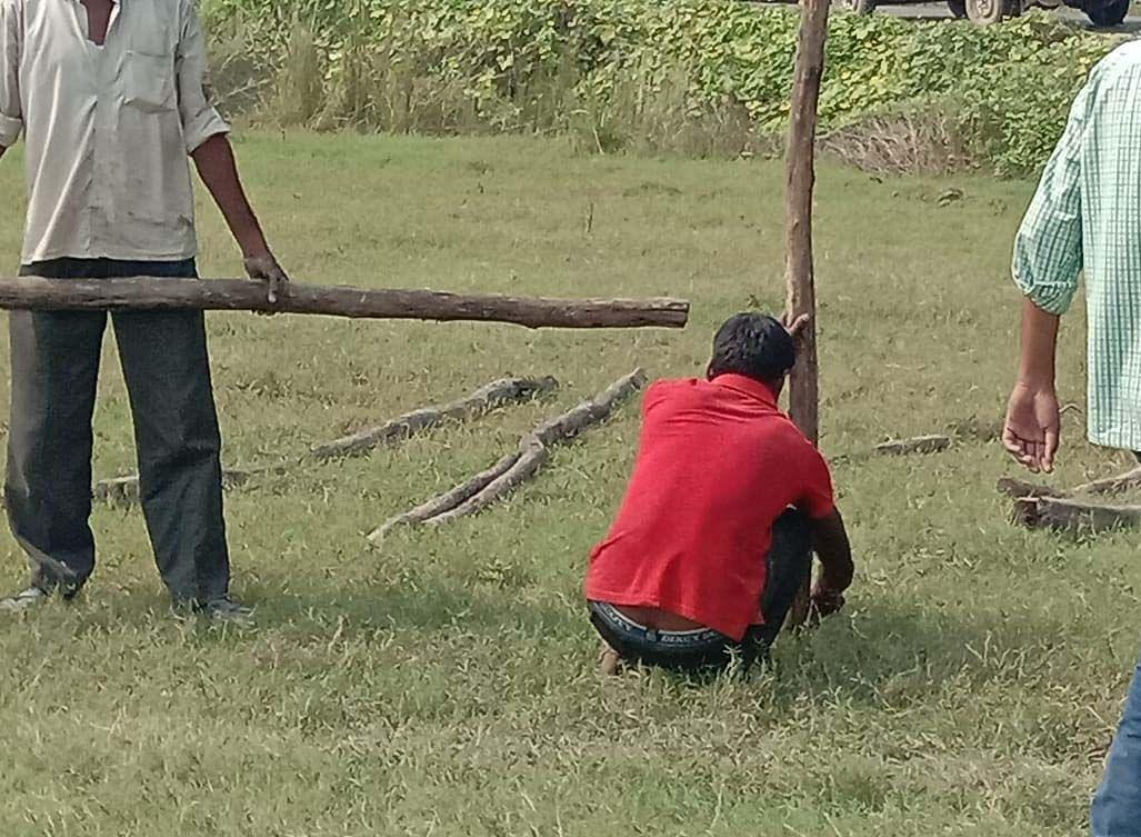 ोहडौर के कांधरपुर बाजार में आनन फानन में नया हेलीपैड बनाने को बैरीकेटिंग करते मजदूर।