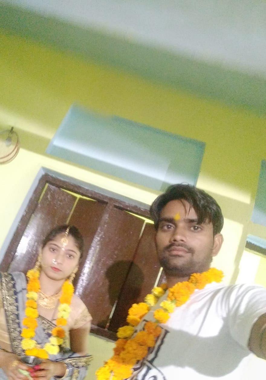 करवा चौथ पर पत्नी भावना के साथ सेल्फी लेते अंकित द्विवेदी