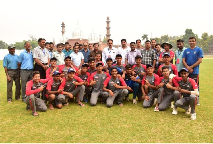 अलीगढ़ मुस्लिम यूनिवर्सिटी के क्रिकेट पवेलियन में आयोजित विजय मर्चेंट क्रिकेट ट्रॉफी अंडर-16 में उत्तर प्रदेश ने उत्तराखंड पर शानदार जीत दर्ज की। उत्तर प्रदेश ने उत्तराखंड को 111 रन और पारी से हरा दिया।