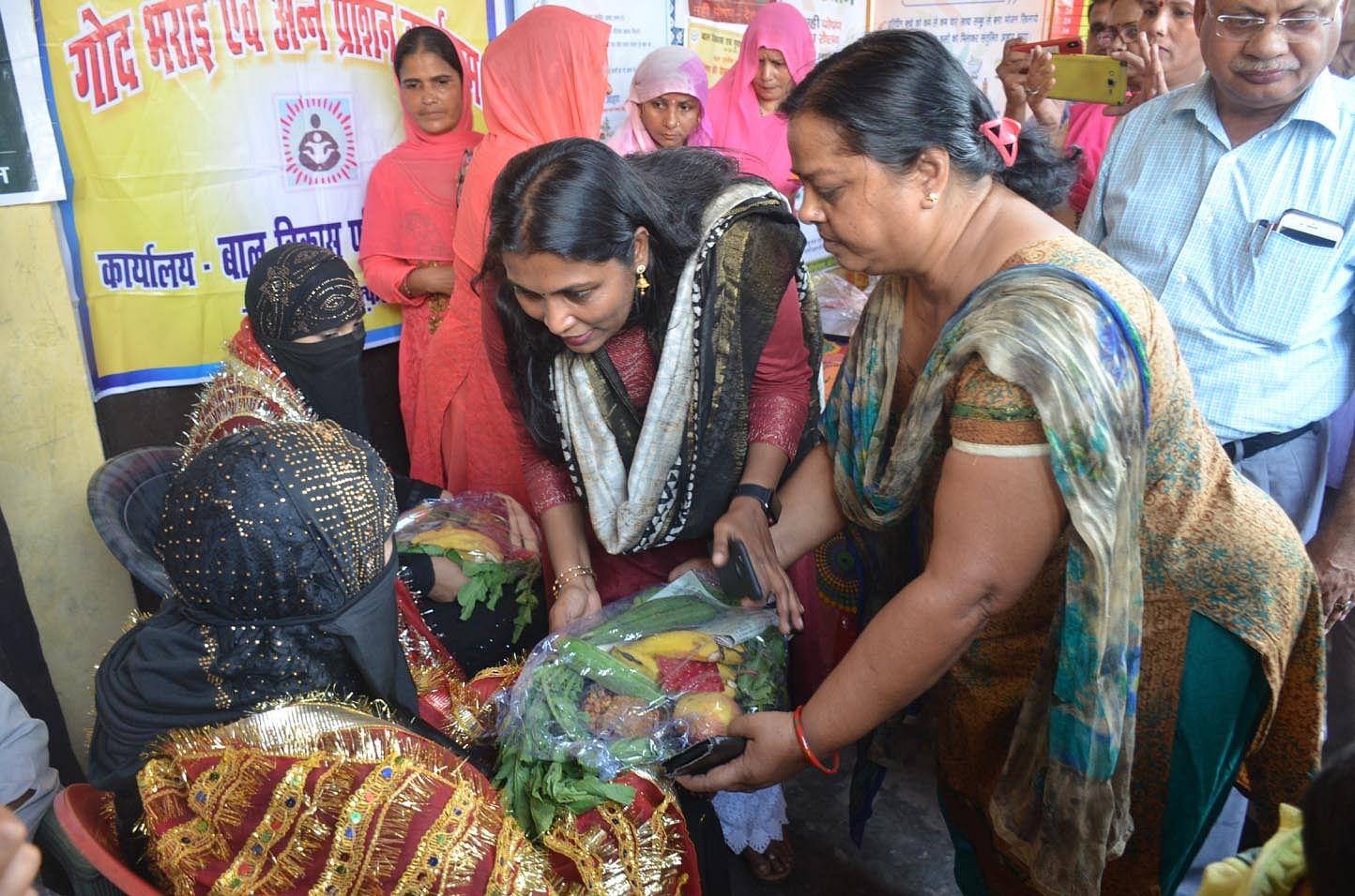 8-गांव ककराला में गर्भवती महिलाओं की गोद भराई करतीं जिलाधिकारी।
