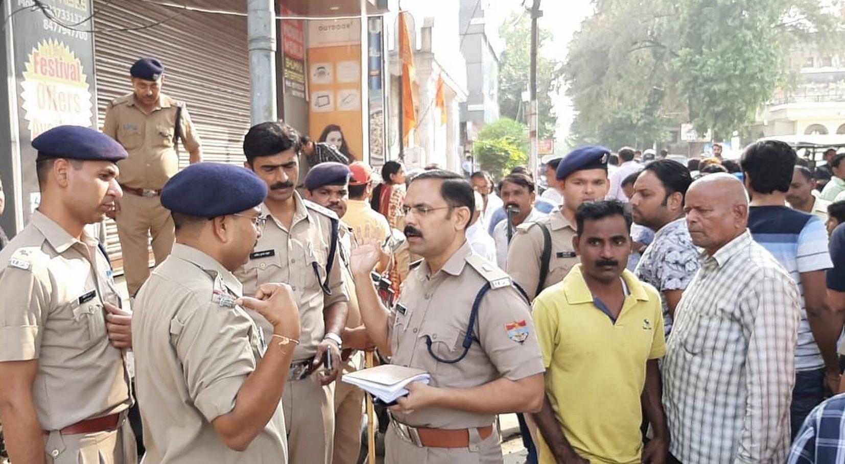 काशीपुर में पुलिस अधिकारियों को निर्देश देते एएसपी। अमर उजाला