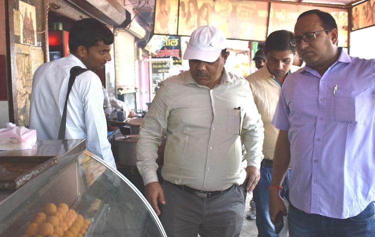 खाद्य विभाग की टीम ने मिठाई की दुकानों में छापे मारे