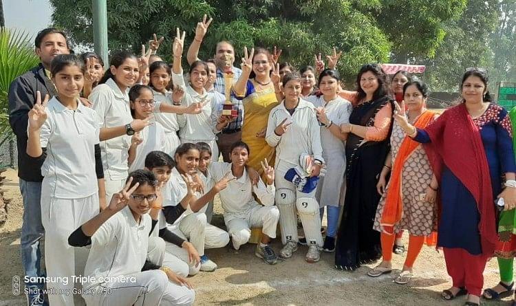 मंसूरपुर की टीम ने गर्ल्स क्रिकेट प्रतियोगिता में ट्रॉफी जीती