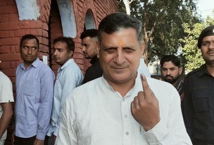 कंवरपाल गुर्जर मतदान करने के बाद