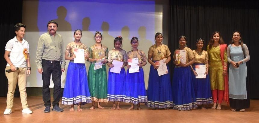 छुटमलपुर के क्वांटम में अभिव्यक्ति के समापन पर प्रमाण पत्र के साथ प्रतिभागी