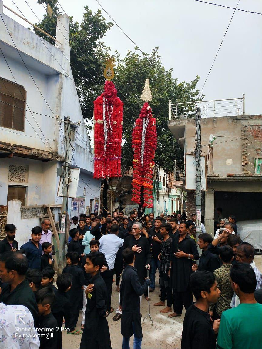उरई में शिया समुदाय के लोग चेहल्लुम पर अलम जुलूस निकालते