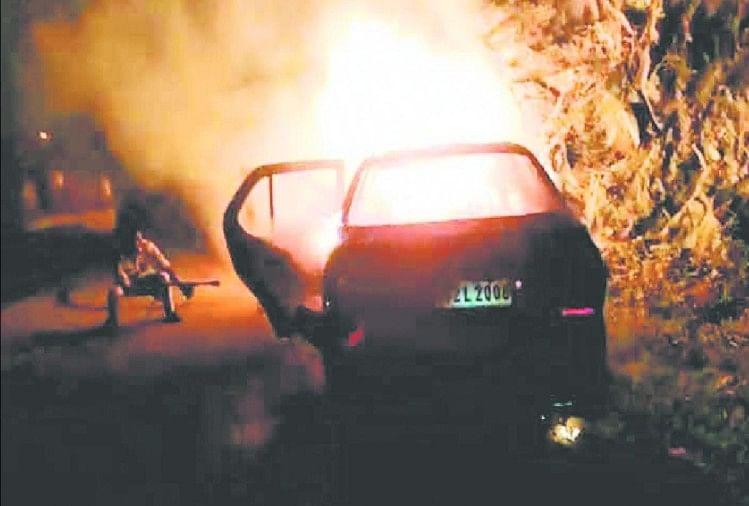 प्रयागराज-वाराणसी मार्ग पर झूंसी पुलिस बूथ के पास मंगलवार की रात चलती कार में अचानक आग लग गई।