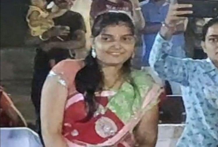 अलीगढ़ के जवा थाना क्षेत्र में स्थित कासिमपुर पावर हाउस में तैनात सीआईएसएफ के जवान ने सोमवार रात पत्नी सहित विषैला पदार्थ खा लिया। इसमें जवान की पत्नी की मौत हो गई