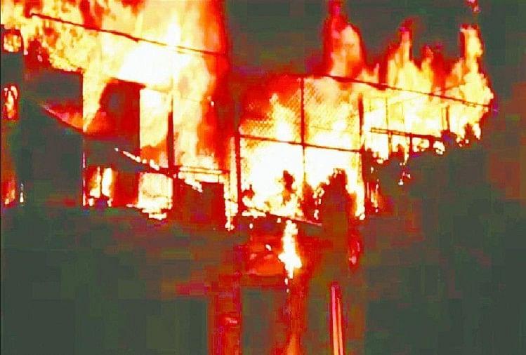रुड़की केलालकुर्ती स्थित किताब की दुकान में शॉर्ट सर्किट से आग लग गई। आग इतनी विकराल थी कि देखते ही देखते ही लाखों रुपये की किताबें और स्टेशनरी का सामान जलकर राख हो गया।