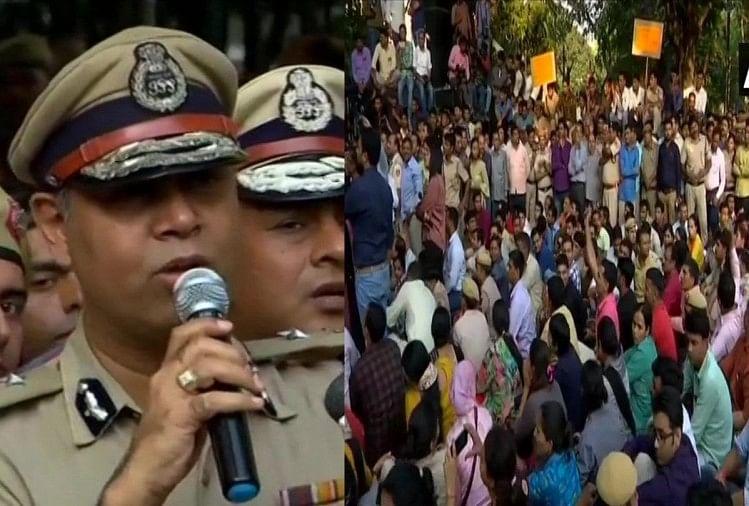 दिल्ली पुलिस कर रही प्रदर्शन
