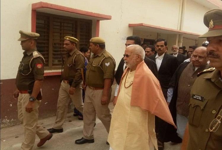 इलाहाबाद हाईकोर्ट ने स्वामी चिन्मयानंद को ब्लैकमेल की आरोपी दुराचार पीड़िता की जमानत अर्जी पर राज्य सरकार से जवाब मांगा है। अर्जी की अगली सुनवाई 29 नवंबर को होगी।