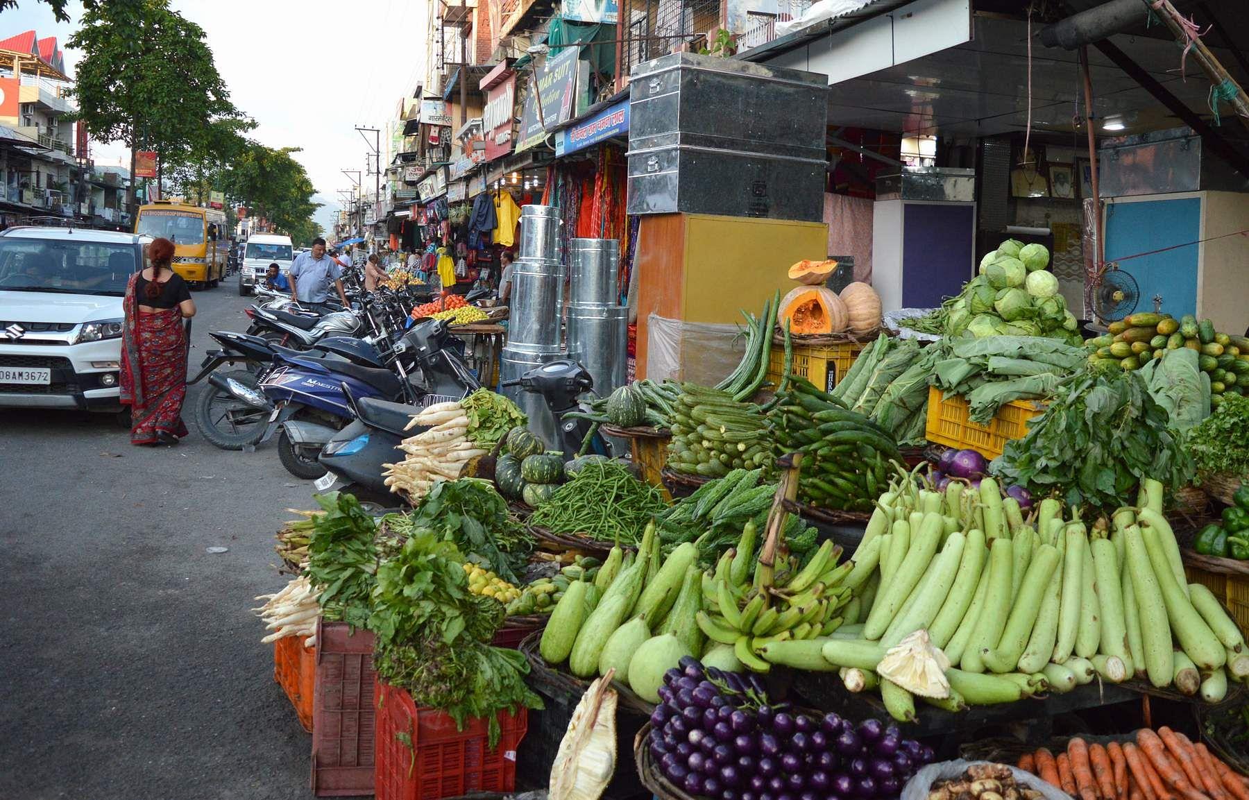 विकासनगर मुख्य बाजार में फुटपाथ पर किया गया अतिक्रमण।
