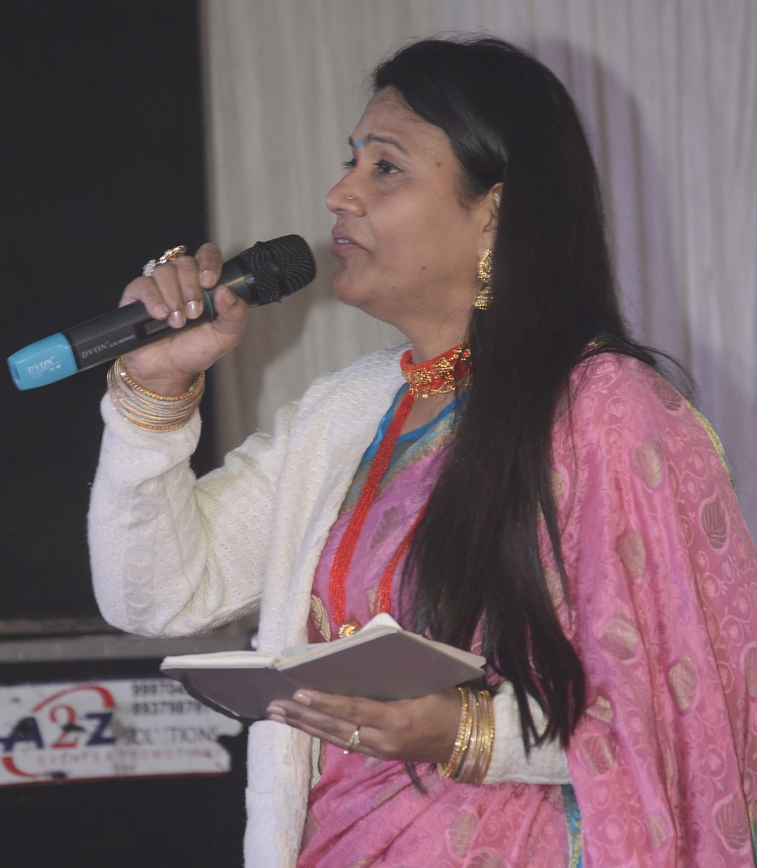 श्रीनगर में बैकुंठ चतुर्दशी मेले की भजन संध्या मे प्रस्तुति देती  लोक गायकी अनुराधा निराला