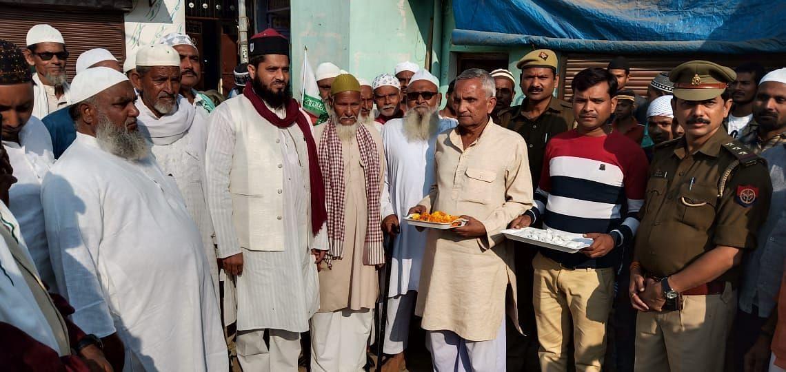 मोहम्मदाबाद में जुलूस के दौरान मुस्लिमों भाइयों का स्वागत करते हिंदू भाई