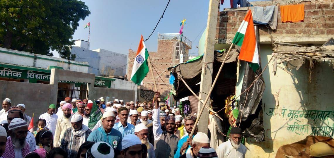 मोहम्मदाबाद में तिरंगा लेकर जुलूस निकालते लोग