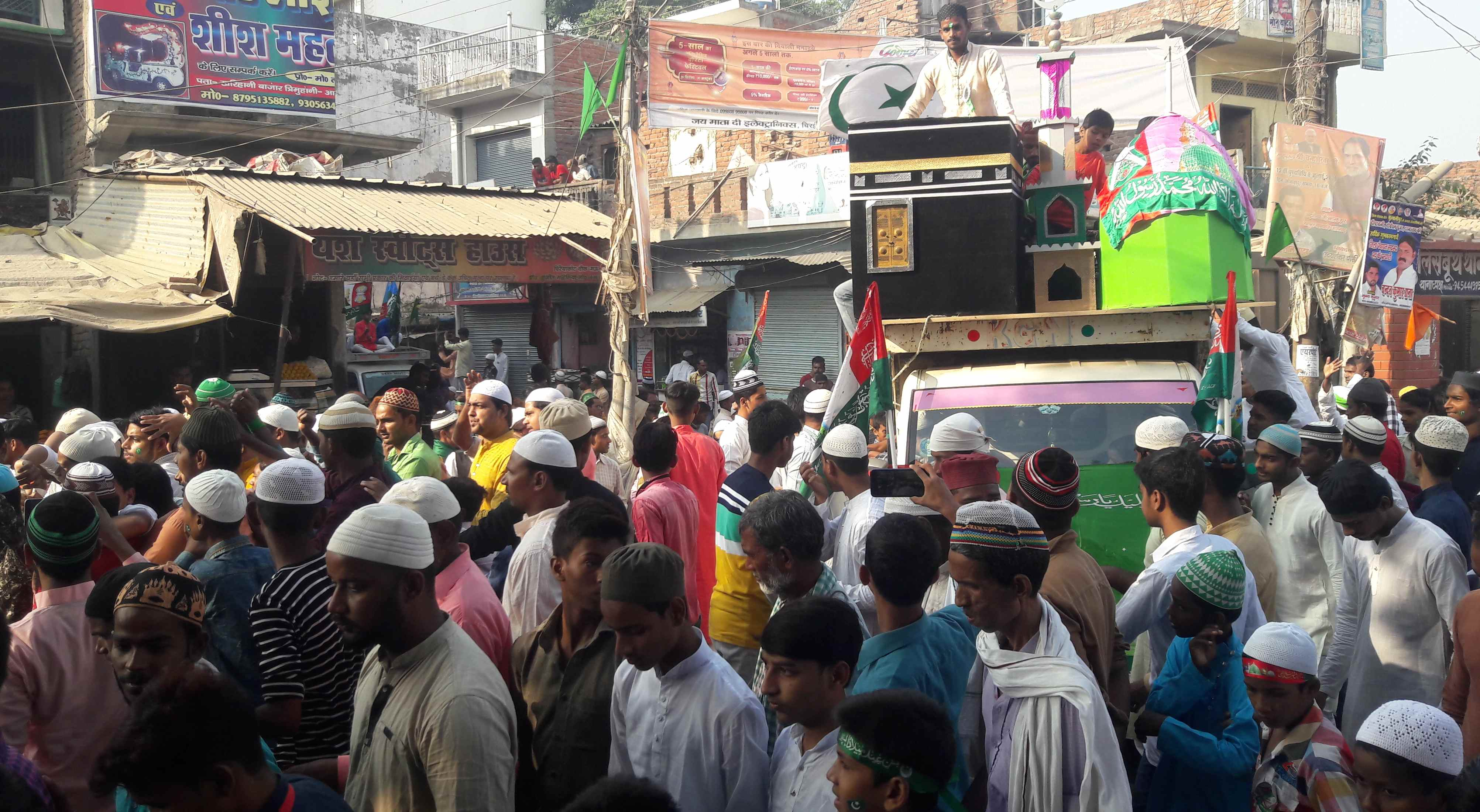 चिरैयाकोट में  ईद मिलादुन्नबी पर निकाला गया जुलूस,शामिल लोग।