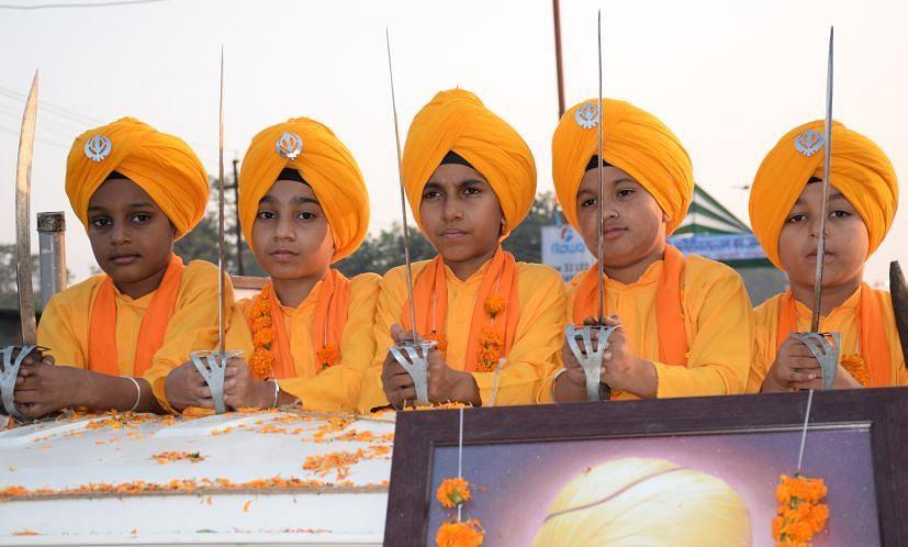 रुद्रपुर में निकले नगर कीर्तन में शामिल पंच प्यारो के वेशभूषा में बच्चे।