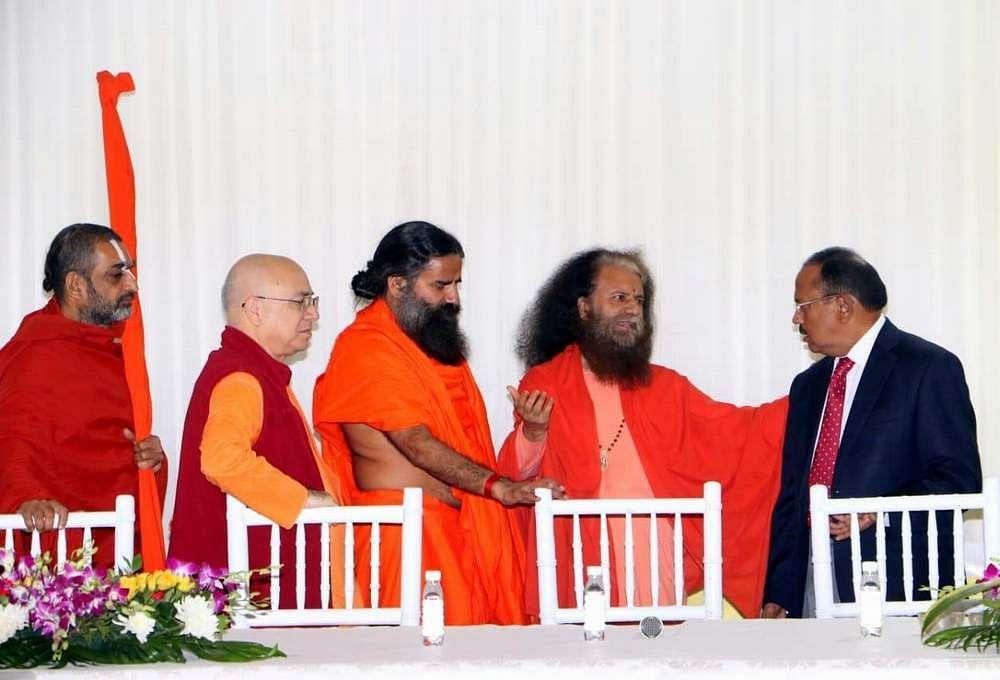 राष्ट्रीय सुरक्षा सलाहकार से मुलाकात करते स्वामी चिदानंद, बाबा रामदेव व अन्य संत।