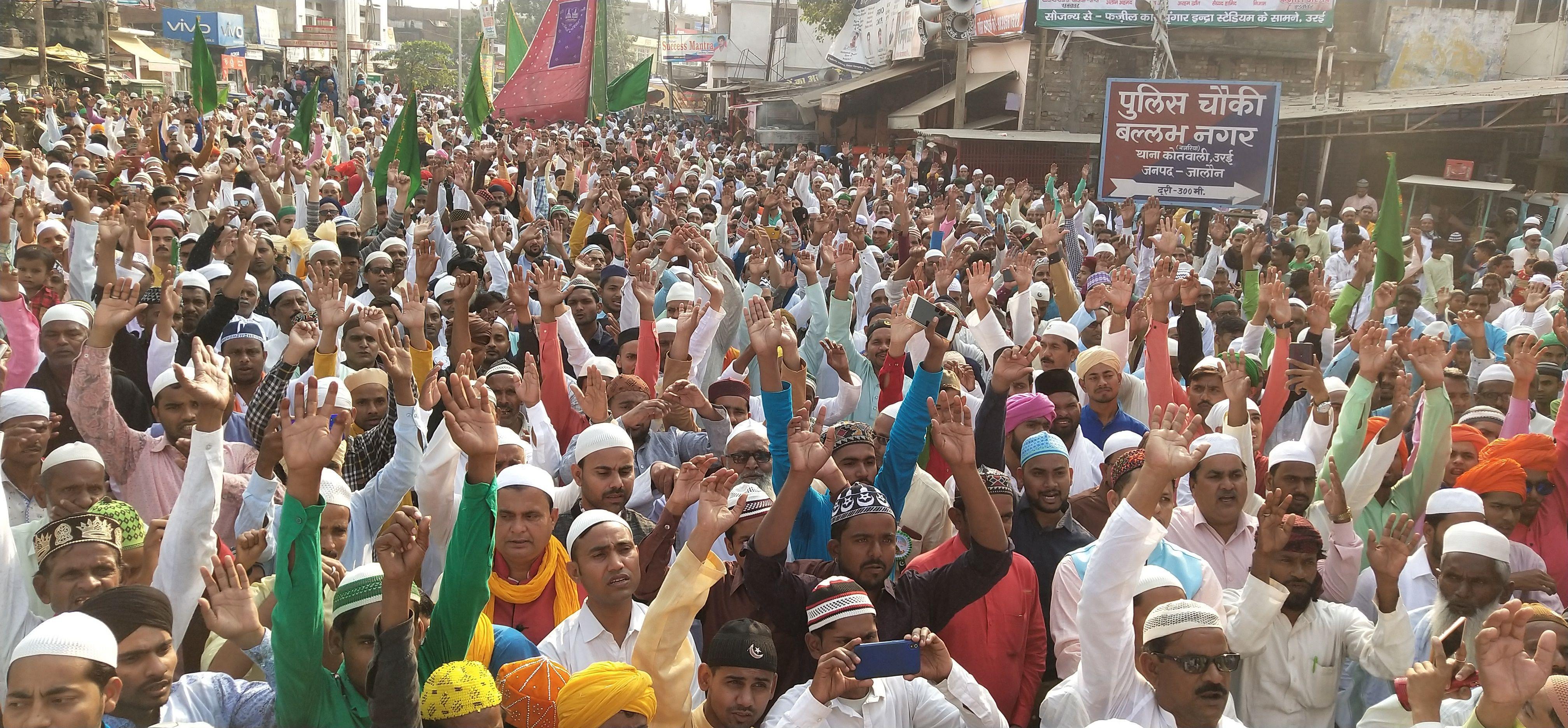 शहीद भगत सिंह चौराहा पर तकरीर सुनते मुस्लिम समुदाय के लोग