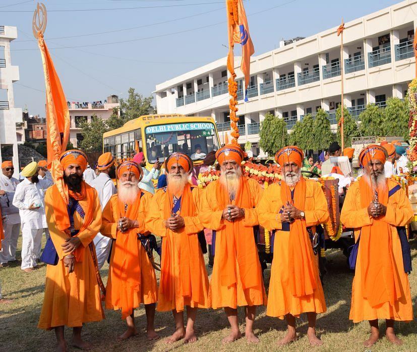 रुद्रपुर में निकले नगर र्कीतन में शामिल पंच प्यारे।