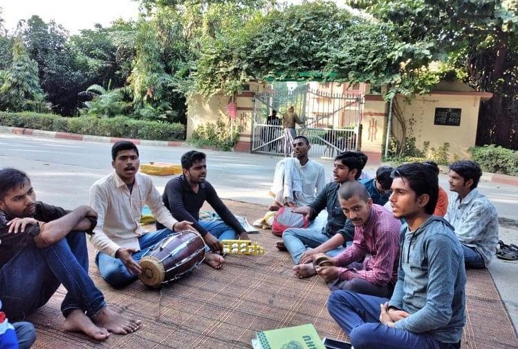 बीएचयू के संस्कृत विद्या धर्म विज्ञान संकाय में असिस्टेंट प्रोफेसर पद पर डॉ. फिरोज खान की नियुक्ति के विरोध में छात्रों का धरना 12वें दिन भी जारी रहा। सात नवंबर से ही छात्र कुलपति आवास के सामने बीच सड़क पर धरने पर बैठे हैं।