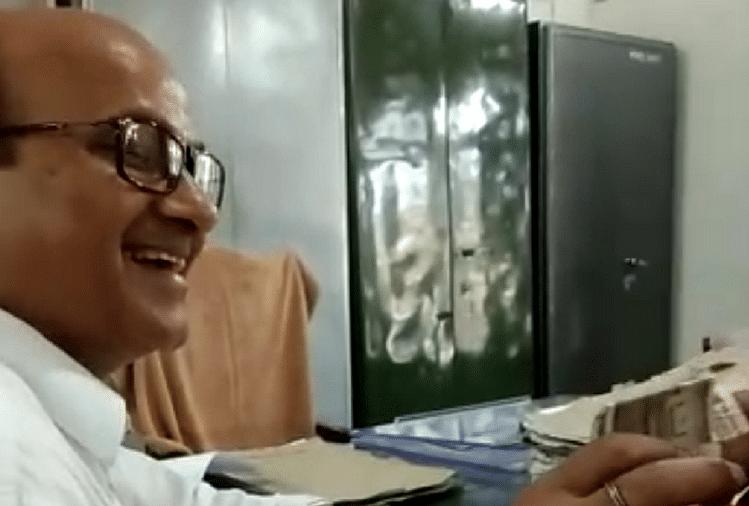 उत्तर प्रदेश के आजमगढ़ जिले में एसडीएम सदर के पेशकार का घूस लेते हुए वायरल वीडियो से प्रशासन में हड़कंप मच गया है। एसडीएम सदर ने तुरंत जांच के आदेश दिए हैं...