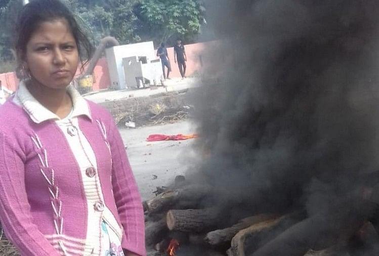 उत्तर प्रदेश के जौनपुर जिले में सभी रीतियों को तोड़ते हुए एक बेटी ने अपने पिता का अंतिम संस्कार किया है। इसके गवाह गांव के सैकड़ों लोग बने...