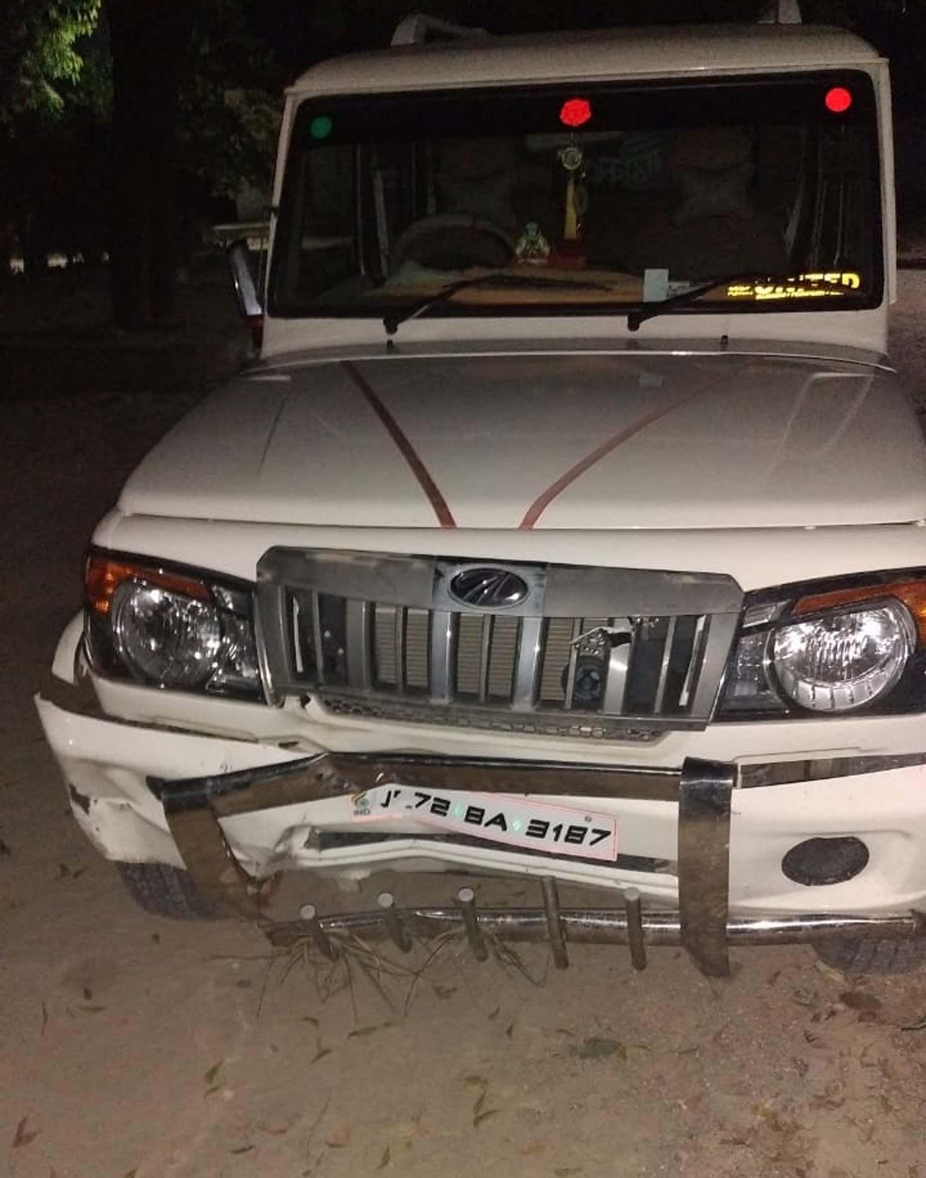 कंधई थाने के आसलपुर में बाइक को टक्कर मारने के बाद पकड़ी गयी बोलेरो।