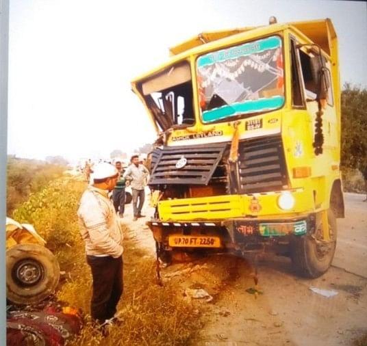डंपर की टक्कर से गड्ढे में पलटा पिकअप, तीन किसानों की मौत, 11 गंभीर