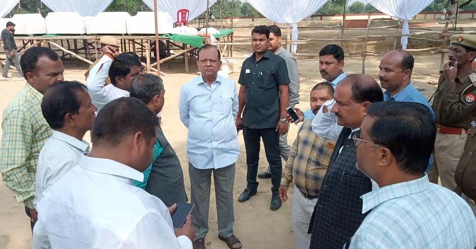 बाबा बेलखरनाथ ब्लाक में डिप्टी सीएम के आगमन की तैयारी का जायजा लेते कैबिनेट मंत्री मोती सिंह।