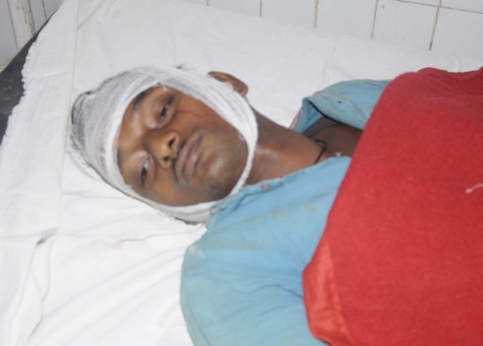 मानधाता के उसरापुर में दो पक्षों में हुई मारपीट में घायल रवि पूजन पटेल।