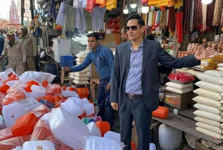 Haridwar News: IAS Deepak Rawat raid in har ki pauri Area for Plastic ban vendor Jump into Ganga