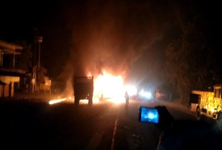 लखनऊ-गोरखपुर फोरलेन पर देर रात करीब 10.15 बजे एक अनियंत्रित बस दूसरी लेन जा रहे ट्रेलर से टकरा गई। टक्कर इतनी भीषण थी कि दोनों धू-धू कर जलने लगी।