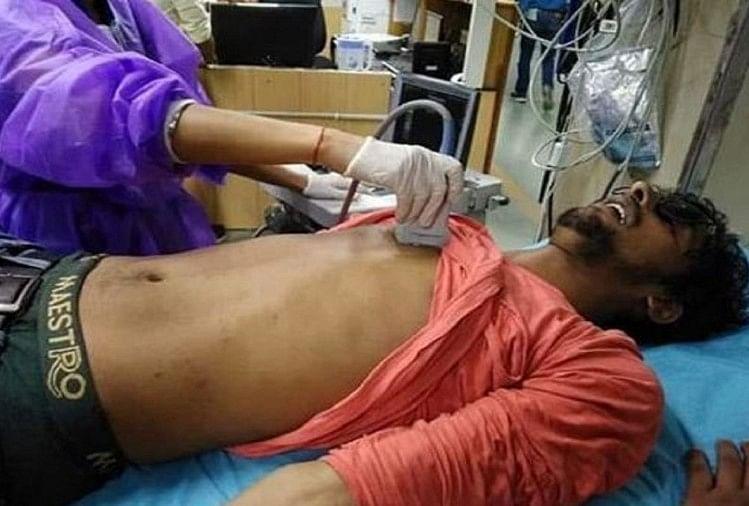 जेएनयू में हॉस्टल फीस वृद्धि के खिलाफ चल रहे छात्र आंदोलन में पुलिस द्वारा किए गए लाठीचार्ज में घायल छात्र शशिभूषण 'समद' के पिता अनिल पांडेय, संतकबीरनगर से भाजपा किसान मोर्चा के जिलाध्यक्ष हैं।