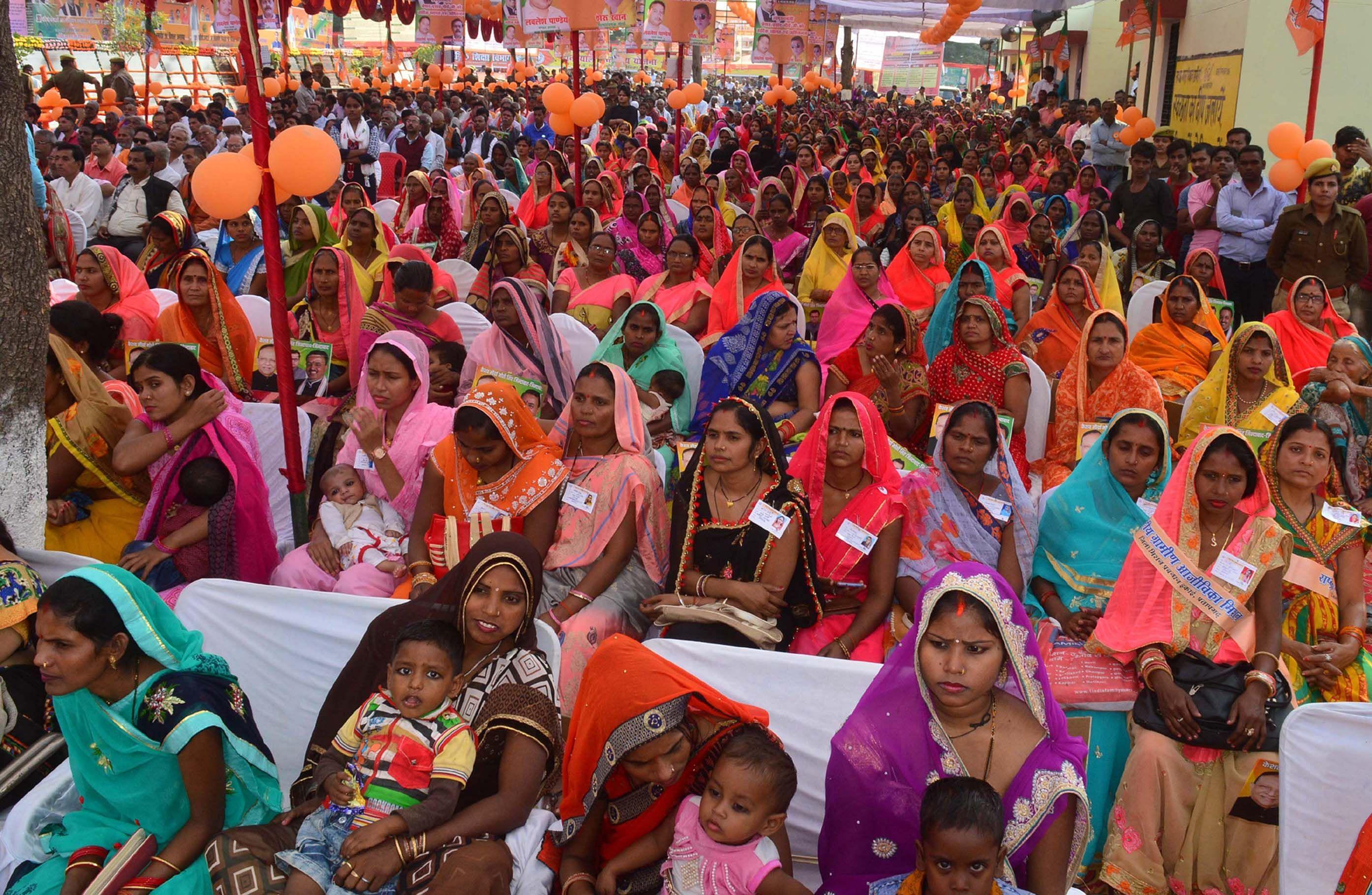 बाबा बेलखरनाथ ब्लाक परिसर में डिप्टी सीएम केशव प्रसाद मौर्या के कार्यक्रम में जुटी भीड़।।