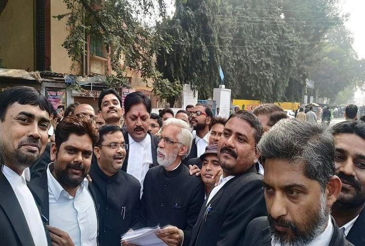 प्रयागराज के धूमनगंज में पिछले दिनों हुए अधिवक्ता की पिटाई के विरोध में मंगलवार को एसएसपी ऑफिस तिराहे पर बड़ी संख्या में अधिवक्ताओं ने चक्का जाम कर विरोध जताया।